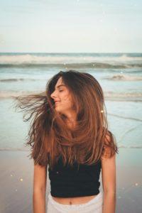 hoe bescherm ik mijn haar in de zomer